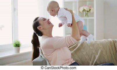 bébé, maison heureuse, petite mère, jeune