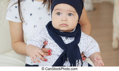 bébé, mignon, bras, maman, garçon