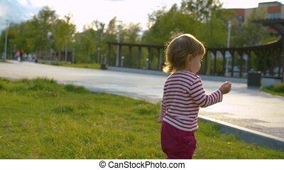bébé, peu, marche, girl, parc