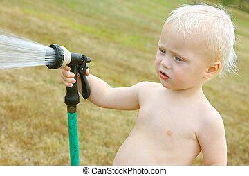bébé, pulvérisation, tuyau, jardin
