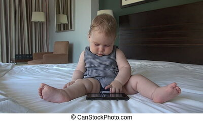 bébé, smartphone, lit