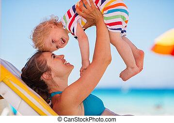 bébé, sunbed, heureux, jouer, mère
