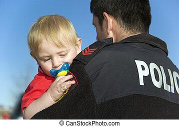bébé, tient, gendarme