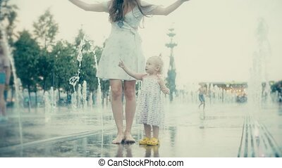 bébé, ville, peu, femme, elle, parc, jeune, mouvement, fontaine, lent, amusement, avoir
