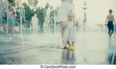 bébé, ville, peu, lent, elle, parc, mouvement, fontaine, mère, amusement, avoir