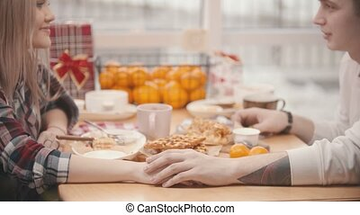 baiser, déjeuner, mains, tenue, restaurant, couple, avoir