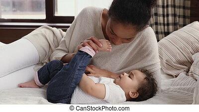 baisers, africaine, mignon, petit, mère, lit, bébé, liaison