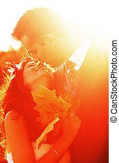 baisers, coucher soleil couples, jeune, clair