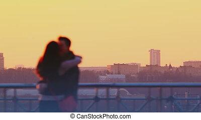 baisers, coucher soleil couples, jeune