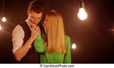 baisers, couple, heureux, jeune, séduisant