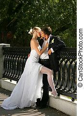 baisers, nouvellement marié, couple