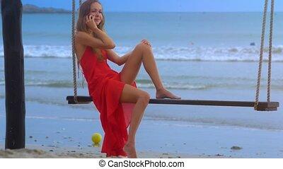 balance, téléphone, tient, contre, banc, mousseux, vagues, girl