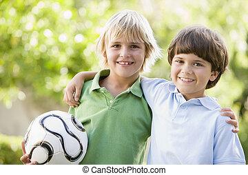 balle, deux, jeunes garçons, dehors, sourire, football