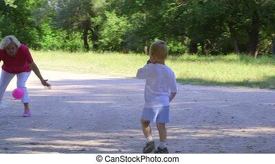 balle, petit-fils, parc, ensemble, grand-mère, temps, apprécier, jouer