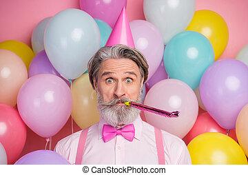 balles, homme, gros plan, mûrir, soufflant sifflement, air, gai, amusement, sien, couleur, sur, gentil, portrait, grisonnant, arrière-plan pastel, il, froussard, rose, séduisant, coloré, isolé, festal, avoir