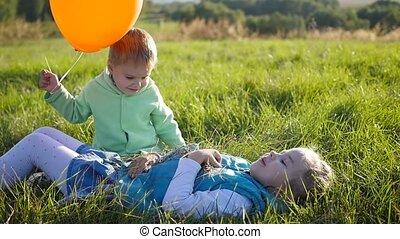 balloon., sourires, enfants, park., rire, jouer, heureux