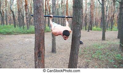bar., horizontal, séance entraînement, elements., acrobaties, force, exercices, forest., fort, musculaire, type, homme, athlète, projection, exécute, formation, statique, sportif, quelques-uns, gymnastique, pendant