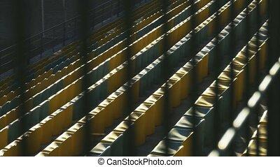 barrière, chaises, métal, derrière, jaune, mouvement, 120fps, lent, stade, vide