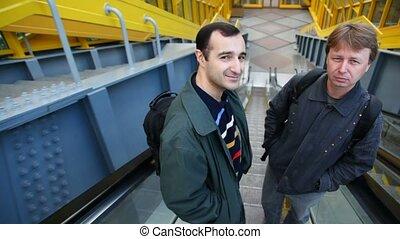 bas, arrière, escalator, hommes, deux, revêtement, étreinte, métro, aller