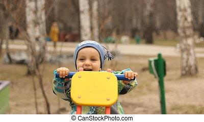 bascule, balancer, enfant riant