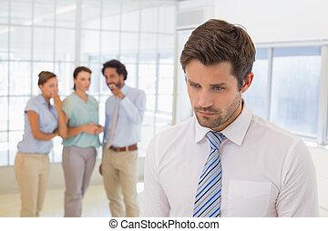 bavardage, premier plan, collègues, homme affaires, triste