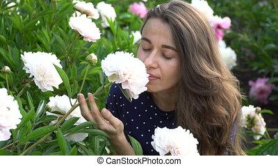 beau, été, femme, jardin, pivoine, sentir, fleurs blanches