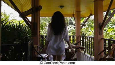 beau, été, marche, femme, porte, jouir de, dehors, jeune, dos, paysage tropical, terrasse, girl, matin, ouvert, vue postérieure