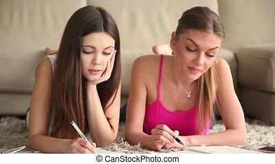beau, étudier, filles, deux, étudiant, maison