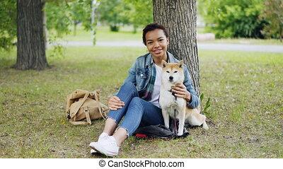beau, animaux, elle, nature, chouchou, concept., séance, parc, chien, regarder, américain, appareil-photo., africaine, propriétaire, portrait, sourire, herbe, girl, aimer