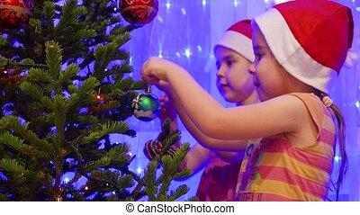 beau, arbre, filles, deux, soeurs, décorer, jouets, guirlandes, noël