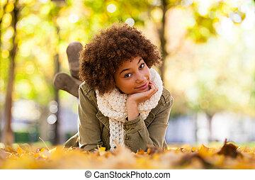 beau, automne, extérieur, gens, -, jeune, bas, femme américaine, noir, africaine, portrait, mensonge