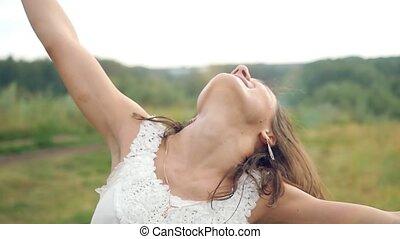 beau, autour de, femme, elle, danse, jeune, lumière soleil, bras, rotation, extérieur, brunette, augmentations, sous, coucher soleil, chant, bonheur