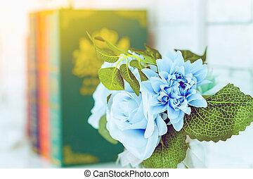 beau, blanc, trois, image, bleu, blured, table, roses, livres, arrière-plan., vase, verre, artificiel