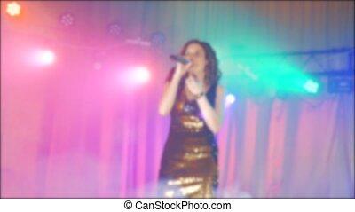 beau, brunette, concert, foule, brouillé, girl, chant, chante, microphone, lent, silhouette, silhouette., femme, frontman, fond, video., microphone., étape, chanteur, style de vie, lumière, mouvement, nuit, backlights