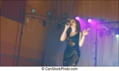 beau, brunette, concert, foule, brouillé, girl, chant, chante, microphone, lent, silhouette, silhouette., femme, frontman, video., microphone., étape, chanteur, style de vie, lumière, mouvement, nuit, backlights