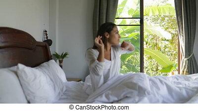 beau, café, femme, asseoir, tasse, haut, réveiller, embrasser, tenue, chambre à coucher, girl, lit, matin, homme