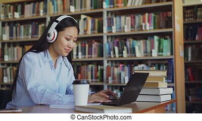 beau, café, project., femme, fonctionnement, séance, copybook, bureau, étudiant, jeune, bibliothèque, ordinateur portable, écouteurs, école, musique, asiatique, écoute, dactylographie, girl, écriture, boire