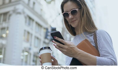 beau, café, smartphone, lunettes soleil, avoirs entourent, femme affaires, jeune, rue., portrait, utilisation