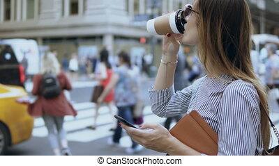 beau, café, smartphone, road., cup., femme affaires, jeune, documents, trafic, femme, tenue, utilisation