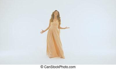 beau, chante, chanteur, lent, elle, écarts, différent, long, wall., mouvement, directions., elle, fond, mains, robe blanche
