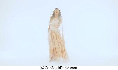 beau, chante, chanteur, lent, elle, écarts, différent, long, wall., mouvement, elle, fond, mains, directions, robe blanche