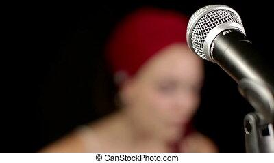 beau, chanteur, autour de, elle, foyer, emballer, tête, changements, rouges, microphone