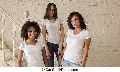 beau, chemise, shoot., photo, filles, trois, backstage., poser, blanc