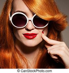 beau, clair, femme, lunettes soleil, maquillage