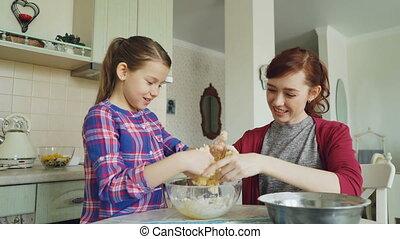 beau, concept, gens, collant, pâte, cuisine, maison, girl, fun., famille, heureux, nourriture, maman, mains, fille, fermé, prendre, ensemble, rire, mère, avoir, ensemble.