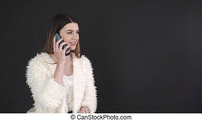 beau, conversation, mobile, contre, téléphone, noir, arrière-plan., girl