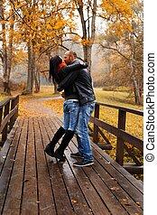 beau, couple, deux âges, automne, dehors, baisers, jour, heureux