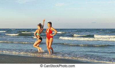 beau, danse, deux, jeune, plage, jouer, femmes