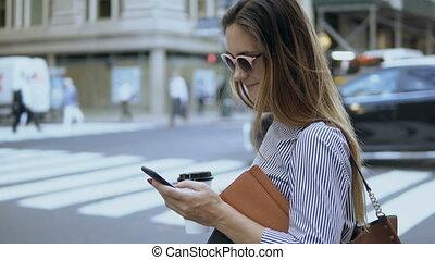beau, debout, café, documents, tenue, cup., femme affaires, jeune, occupé, femme, utilisation, smartphone, road.