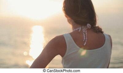beau, debout, dos, appareil photo, coucher soleil, mer, sourire, modèle, séduisant